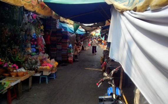 A market near the border, where Tu gets a nice blue cap!