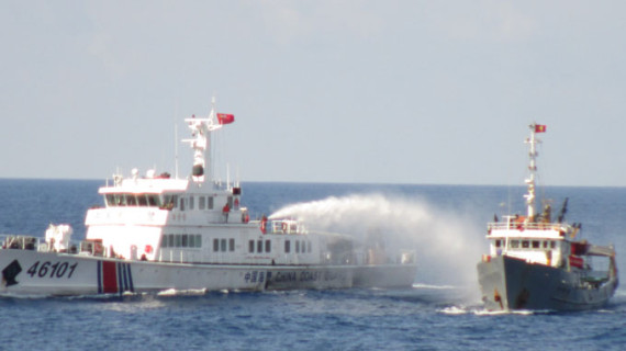 Chinese coast guard attacking Vietnamese vessels with water cannon. Source: nguoiduatin.vn.